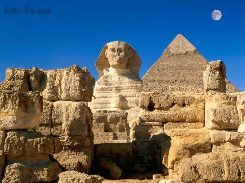 La Sfinge sembra fare la guardia alle grandi piramidi della piana di Giza