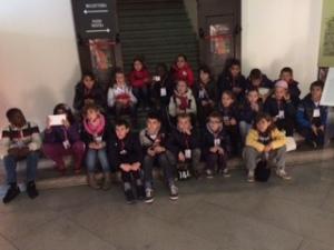 Una delle tante scolaresche in visita alla mostra a Palazzo Sarcinelli