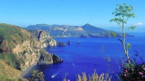 Le acque blu del mare dell'isola di Lipari nell'arcipelago delle Eolie in Sicilia