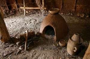 La ricostruzione dell'interno di una capanna preistorica all'Archeodromo