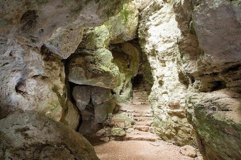 L'ingresso di una grotta visitabile nei percorsi del parco archeologico-naturalistico di Belverde