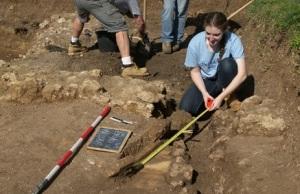 Giovani impegnati nello scavo archeologico a Campo della Fiera