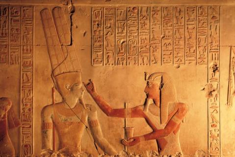 Un raffinato rilievo da Abido, in Egitto, in una fotografia di Paolo Renier