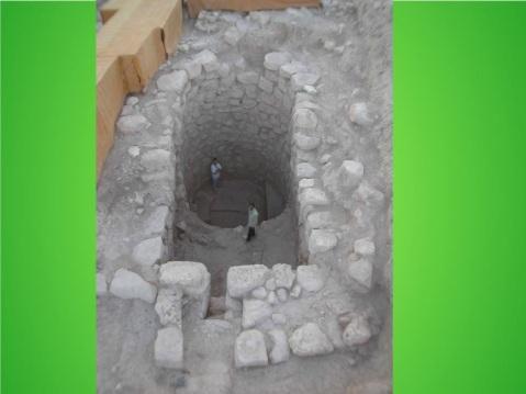 """La fossa necromantica (""""abi"""" in hurrita) scoperta a Tell Mozan, l'antica Urkesh, in Siria"""