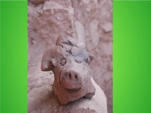 Un maialino in terracotta a ricordare gli animali sacrificati per evocare gli antenati