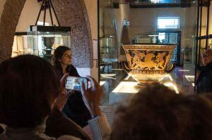 Già numeroso il pubblico accorso a Cerveteri per ammirare i capolavori di Eufronio
