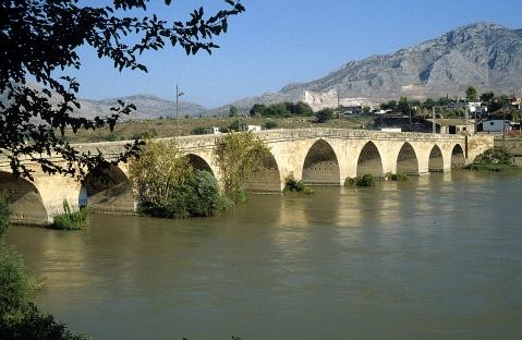 L'imponente ponte romano sul fiume  Ceyhan, uno dei monumenti di Misis