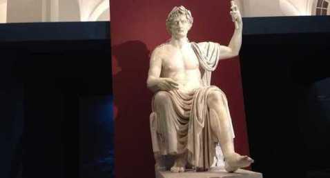 """Il """"divo"""" Augusto accoglie i visitatori della mostra """"Augusto e la Campania"""" all'Archeologico di Napoli"""