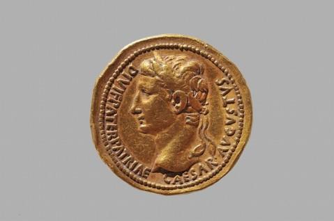 Una moneta con l'effige di Ottaviano Augusto morto nel 14 d.C. a Nola in Campania