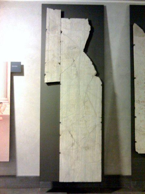 La lastra marmorea con l'iscrizione dei Giochi Isolimpici recuperata l'anno scorso nel cantiere del metrò di piazza Nicola Amore, che ha incisi in greco i vincitori di giochi celebrati a Napoli in onore di Augusto