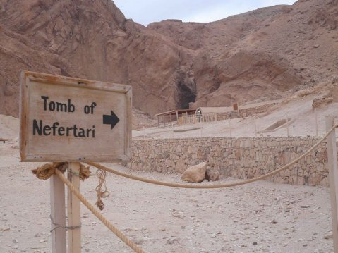 Il moderno ingresso alla tomba di Nefertari nella Valle delle Regine