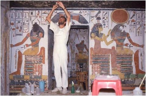 Un momento dei delicati restauri del ciclo di affreschi della tomba di Nefertari durati per cinque anni