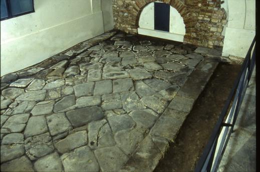 Il tratto di strada basolata romana perfettamente conservata sotto il duomo di Vicenza