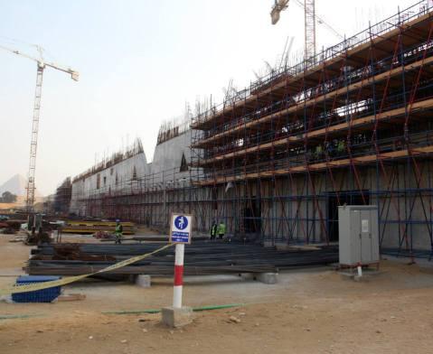 Il cantiere del Grand Egyptian Museum a Giza: i lavori vanno a rilento