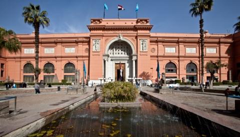 La monumentale facciata del museo Egizio del Cairo inaugurato nel 1902