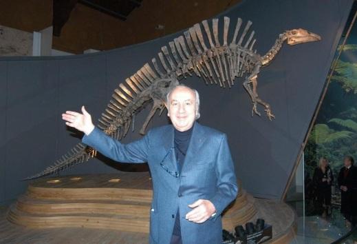 Giancarlo Ligabue al museo di Storia Naturale di Venezia  davanti al dinosauro scoperto in Niger e donato alla sua città