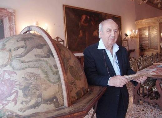Giancarlo Ligabue, imprenditore e paleontologo, nella sua casa-museo sul Canal Grande a Venezia