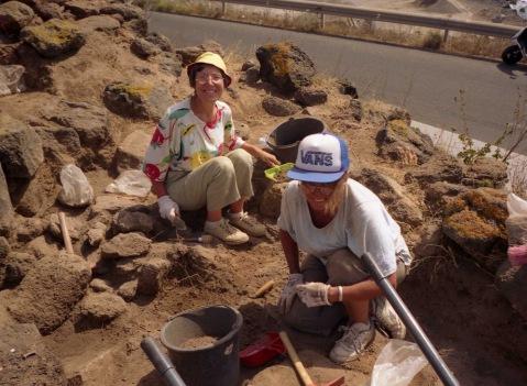 Elena Rossi (a destra), presidente del Gruppo Archeologico Bolognese, nel 2006 nello scavo archeologico di Pantelleria con il Gabo