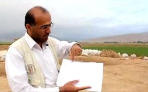 Alireza Askari Chaverdi dell'università di Shiraz, co-direttore della missione irano-italiana, mostra i rilievi del monumento di Tol-e Ajori