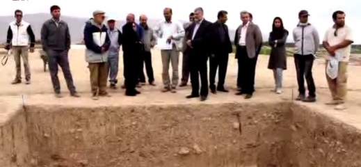 I direttori di scavo Chaverdi e Callieri mostrano i risultati della missione a Tol-e Ajori vicino a Persepoli