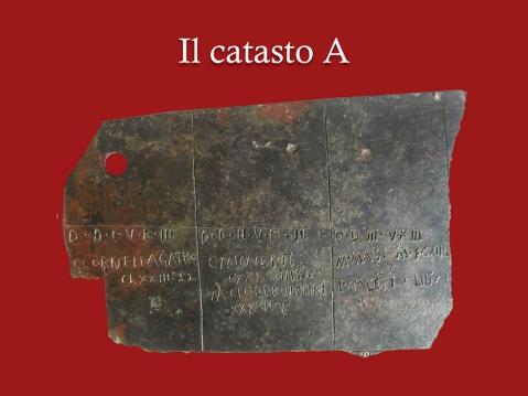 Il frammento di bronzo (catasto A)  di una tavola catastale trovato nel 1996 nel criptoportico