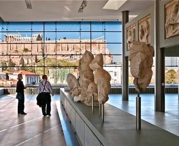 Il nuovo museo dell'Acropoli di Atene (dall'interno, dopra; dall'esterno, sotto) dialoga con l'Acropoli e il Partenone