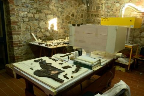 La fase del restauro del calesse della principessa nel laboratorio del museo Archeologico di Murlo