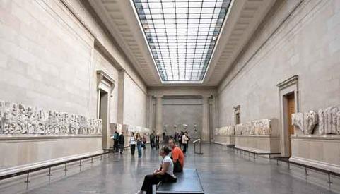 La grande sala in cui al British Museum sono esposti i marmi del Partenone strappati da Elgin