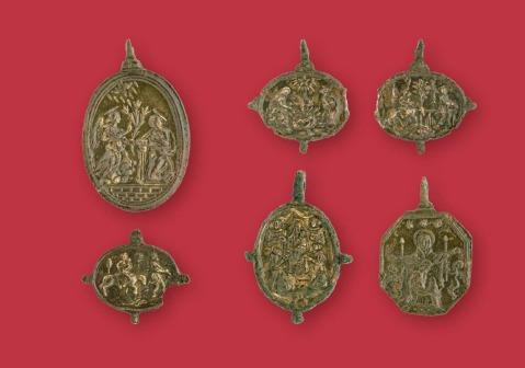Alcune medagliette devozionali trovate nello scavo diretto da Alka Starac a Pola