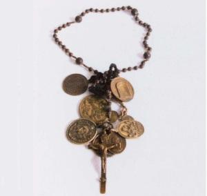 Un rosario con medagliette devozionali dallo scavo di San Teodoro a Pola
