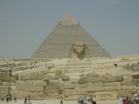 """La Sfinge e la grande piramide a Giza: nei secoli la pssione per l''Egitto è diventata """"moda"""""""