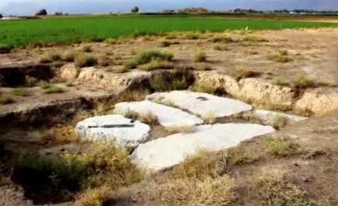 In primo piano i pochi resti del complesso achemenide Firuzi5 e, in fondo, si deve Tell-e Ajori