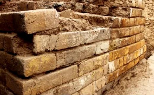I corsi di mattoni invetriati trovati in situ nella porta monumentale di Tol-e Ajori vicino Persepoli (Iran)