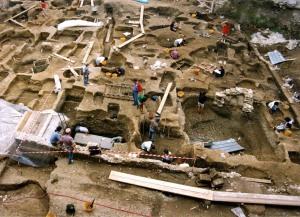 Un cantiere di scavo archeologico con giovani volontari