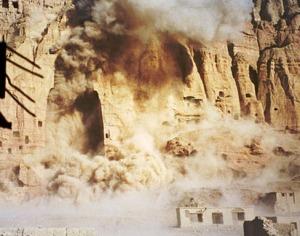 2001: i talebani fanno saltare con l'esplosivo i budda di Bamiyan