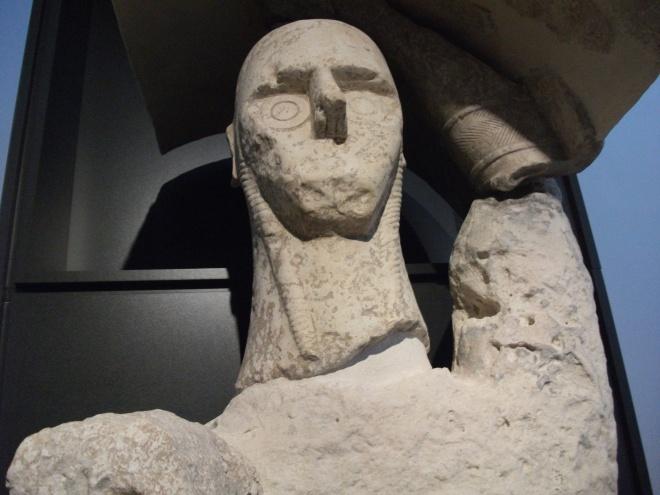 Uno dei giganti di Mont'e Prama conservati nel museo archeologico di Cagliari