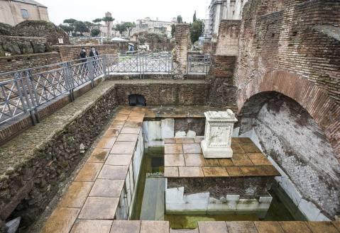 La fonte Giuturna (Lacus Iuturnae) emersa al Foro Romano con gli scavi di Giacomo Boni