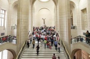 La Nike di Samotracia imponente in cima alla scalinata Daru al Louvre