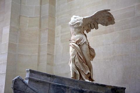 La Nike di Samotracia è tornata protagonista al museo del Louvre dopo il restauro