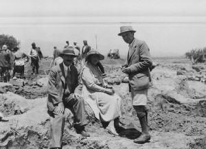 La scrittrice Agatha Christie nel 1931 in Iraq tra due famosi archeologi orientalisti, a sinistra il marito Max Mallowan e a destra Leonard Wooley