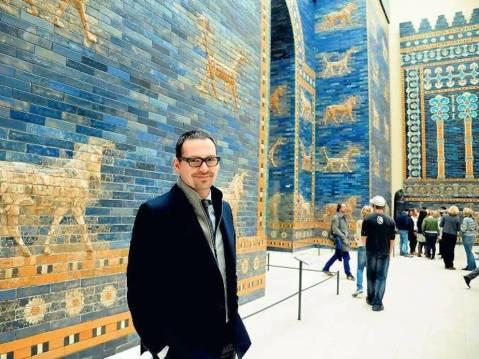 Il direttore del Pergamonmuseum di Berlino, Markus Hilgert, davanti alla Porta di Ishtar di Babilonia