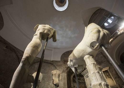 L'allestimento all'interno del tempio di Romolo con le statue dalla fonte Giuturna