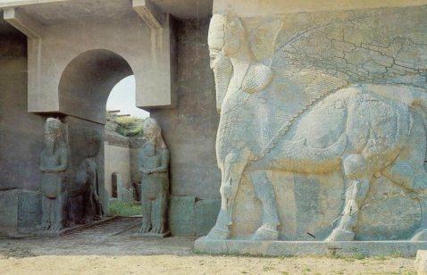 I lamassu (tori androcefali alati) sulla porta del palazzo di Nimrud: potrebbero essere già stati distrutti dai Jidaisti