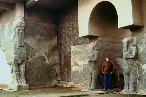 Foto ricordo dal palazzo reale di Assurbanipal a Nimrud: se la distruzione sarà confermata, questa oggi potrebbe essere un documento d'archivio