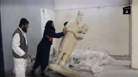 L'abbattimento di una statua conservata nel museo di Mosul in Iraq