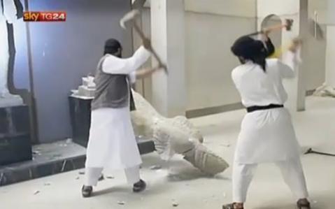 I miliziani dell'Isis si accaniscono contro i tesori del museo di Mosul in Iraq
