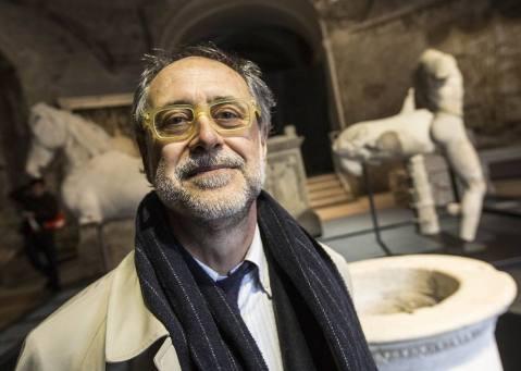 Il soprintendente Francesco Prosperetti all'interno del tempio di Romolo