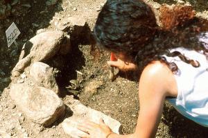 Una giovane archeologa impegnata sul campo