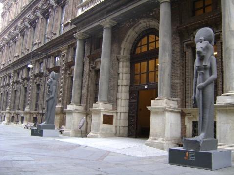 Il monumentale ingresso del Museo Egizio in via Accademia delle Scienze a Torino