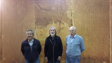 Paolo Renier con gli organizzatori di Vittorio Veneto davant ai pannelli del Soffitto astronomico della Stanza del Sarcofago